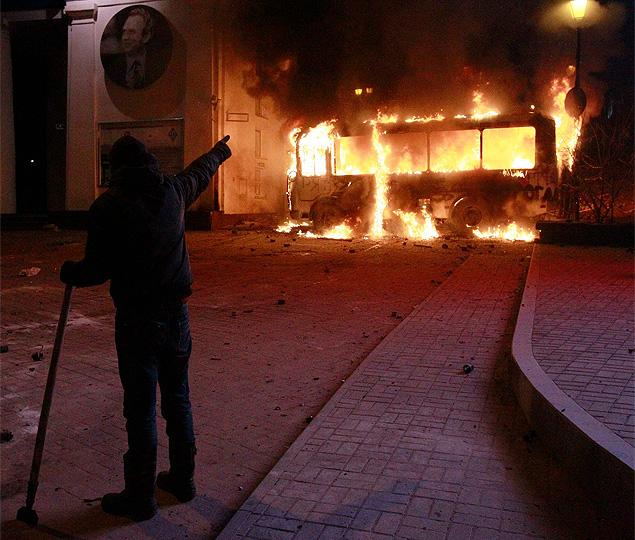 В противостоянии боевого крыла протестующих и отрядов милиции зафиксирована ничья. Увы, без пострадавших не обошлось... Фото: REUTERS