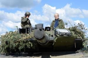 Президент Литвы Даля ГРИБАУСКАЙТЕ осматривает натовский танк