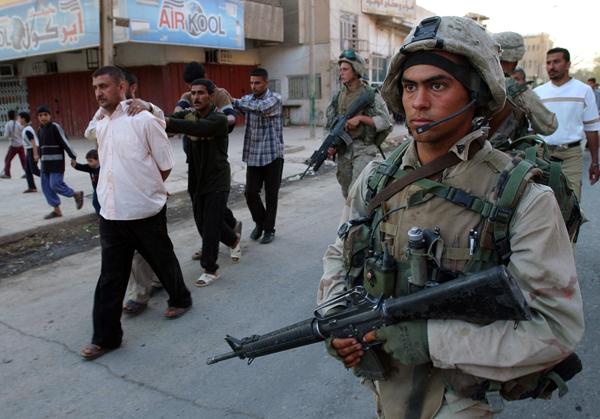 Американские солдаты ведут арестованных иракских мужчин в Багдаде во время вторжения в 2003 году. Фото: Hussein Malla / Files / AP