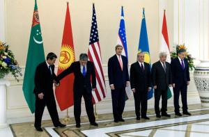 Джон Керри (в центре) во время встречи с министрами иностранных дел Туркмении, Киргизии, Узбекистана, Казахстана и Таджикистана. Фото: Brendan Smialowski / Pool / AFP