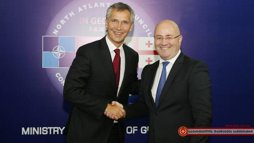 Генеральный секретарь НАТО Й.Столтенберг и министр обороны Грузии Леван Изория, сентябрь 2016 года. Тбилиси