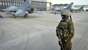 Румынский военный охраняет истребители F-16. Фото: mintpressnews.com