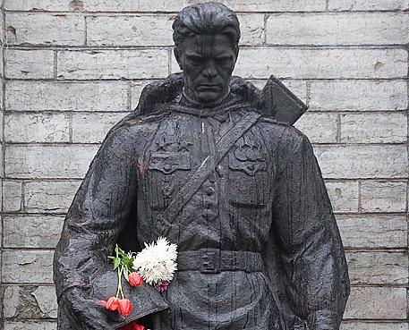 Памятник Бронзовому солдату до переноса его эстонскими властями