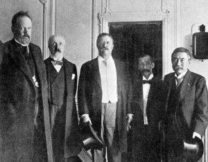 С.Ю. Витте (крайний слева) и Т.Рузвельт (по центру), Портсмут, 1905 г.