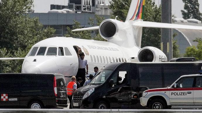 Самолёт Президента Боливии Эво Моралеса FAB 001 в окружении автомобилей австрийской полиции, аэропорт Вены, 2 июля 2013 г.