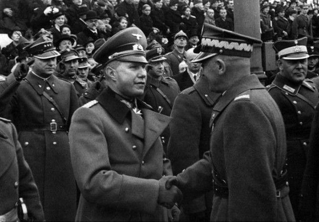 Эдвард Рыдз-Смиглы и немецкий атташе полковник Богислав фон Штудниц на параде в Варшаве 11 ноября 1938 года.
